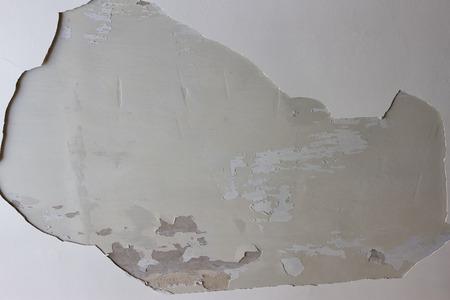 하얀 천장에 큰 구멍이 있습니다. 스톡 콘텐츠