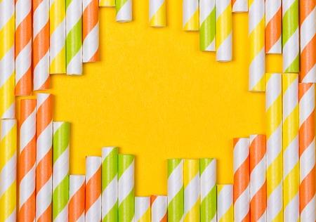 close-up bunte Phantasie trinken Strohhalme, Phantasie Rohr für Party auf dem gelben Hintergrund