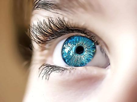 ojo humano: mirada perspicaz ojos azules ni�o Foto de archivo