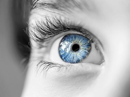 ojo humano: mirada perspicaz ojos azules niño Foto de archivo