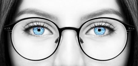 Mooie jonge vrouw draagt een bril. Close-up shot