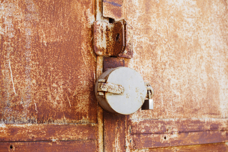 door handle: ?ld rusty bolt with lock on the iron gate closed