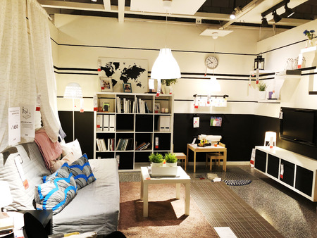 "RISHON LE ZION, ISRAËL 16 DECEMBER, 2017: Binnenlandse meubilairopslag ""Ikea"" in Rishon Le Zion, Israël. Ikea werd in 1943 in Zweden opgericht en is 's werelds grootste meubelverkoper. Stockfoto"