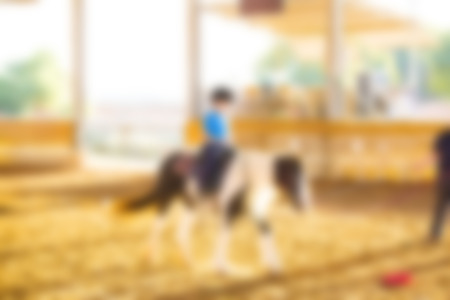 Auszug unscharfer Hintergrund. Reitunterricht für Kinder. Standard-Bild - 96156240