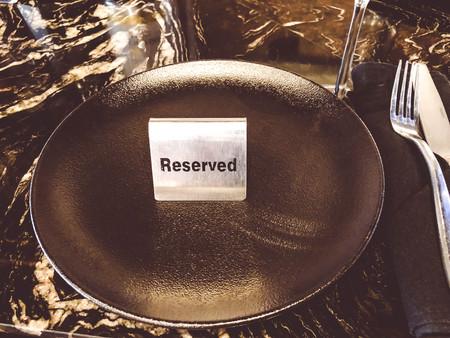 Reservierter Tisch. Buchungsausweis, Tisch im Restaurant. Hungrig. Beschäftigt
