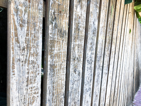 Close-up of vertical simple oak wooden fence background. Old knotted timber wall. Vintage rustic pattern Banque d'images - 105146419