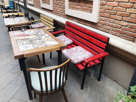 Old Tbilisi architecture, Cafe table and chairs in autumn day. Imagens - 150550726
