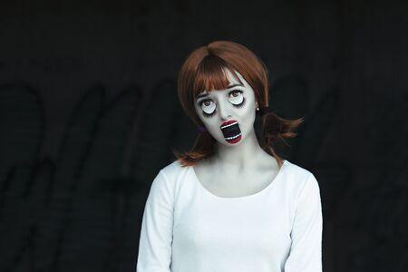 Closeup retrato de niña muñeca asustadiza. Horror de Halloween