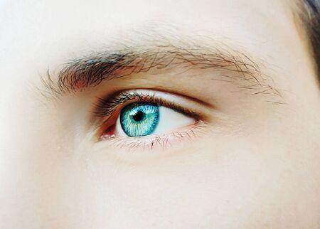 Un ojo de hombre hermosa mirada perspicaz. Fotografía de cerca
