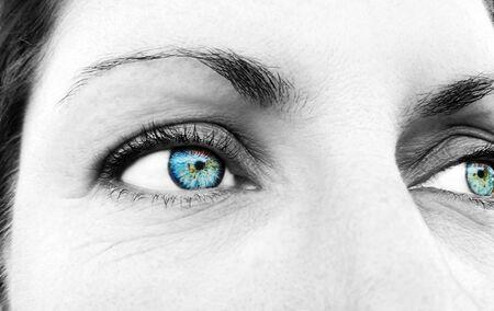 Piękny wnikliwy wygląd kobiecego oka. Strzał z bliska