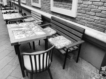 Old Tbilisi architecture, cafe table and chairs in summer day. Imagens - 150633088