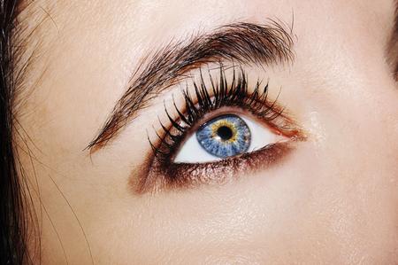 Una hermosa mirada perspicaz de ojos de mujer. Fotografía de cerca.