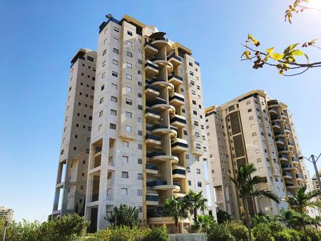 RISHON LE ZION, ISRAEL-4 de diciembre de 2018: Edificio residencial y palmeras en Rishon Le Zion, Israel. Foto de archivo
