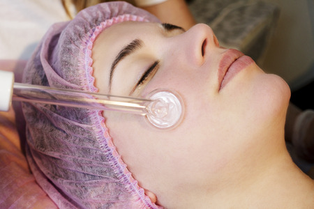 Woman in spa salon lying down and enjoy relaxing in the day spa. Different treatments at the spa. Stockfoto