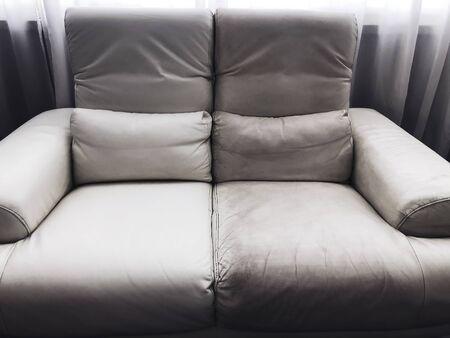 sofá de cuero limpio y sucio antes y después Foto de archivo