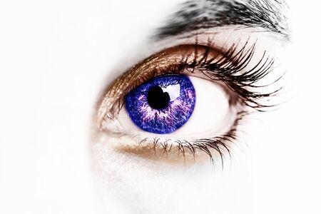 Un beau regard perspicace des yeux en couleur. Photo en gros plan.