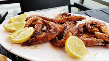 Deliciously fried shrimps with lemon. Imagens