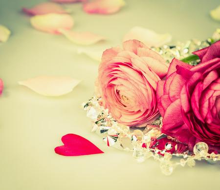 rosas blancas: Rosas rojas rosadas con el coraz�n y los glas perlas, tarjeta de amor, de tonificaci�n