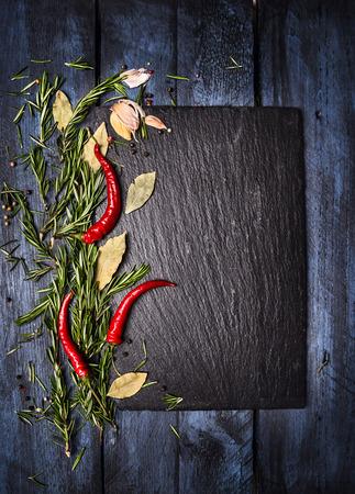 comida gourmet: Especias fondo de alimentos con la pizarra en mesa de madera azul, vista desde arriba, el lugar de texto