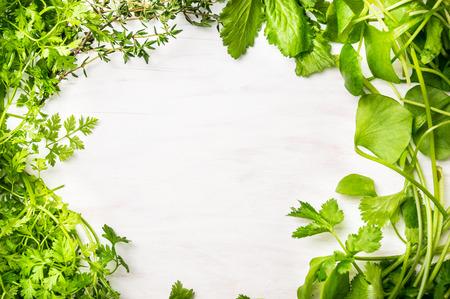 Groene verse kruiden mix op witte houten achtergrond, bovenaanzicht Stockfoto
