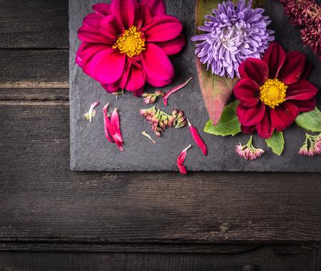 esquineros de flores: Flores Arreglo con dalias en la tabla oscuro, fondo con copyspace