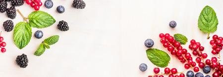 albero frutta: Bacche fresche d'estate, cornici angolari su sfondo bianco di legno, vista dall'alto, banner per il sito web