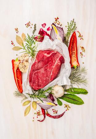 生の肉、ハーブで構成するスパイスし、白い木製の背景に調味料、食材、調理の表示