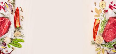carne cruda: La carne cruda con condimentos y espacios en el fondo de madera blanca, la bandera para el sitio web con el concepto de cocina