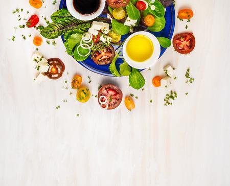 Salade met tomaten, feta kaas en dressing