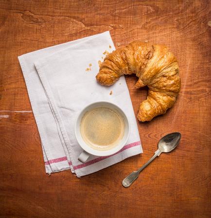 colazione: Rural colazione con la tazza di caff� e croissant su fondo in legno, vista dall'alto