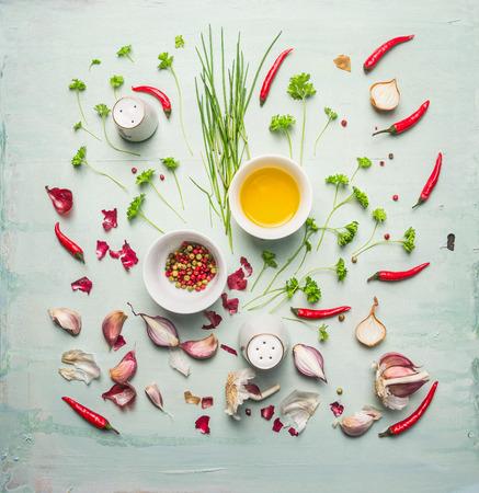 verse kruiden, specerijen en bakolie componeren op rustieke achtergrond, bovenaanzicht