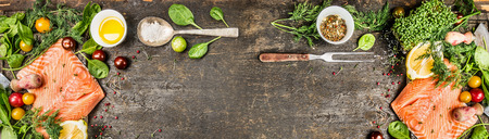 生サーモン フィレ肉料理食材: 油新鮮な調味料スプーンと素朴な木製の背景のフォーク トップ ビュー