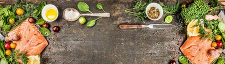 요리 재료 원시 연어 필렛 : 오일 신선한 조미료 숟가락과 소박한 나무 배경 상위 뷰에 포크