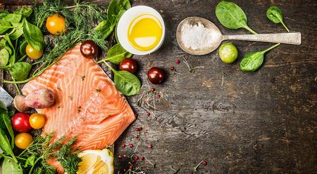 生鮭魚フィレ肉の塩ハーブと素朴な木製の背景平面図のスパイス スプーン