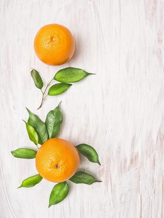 naranja: Dos frutas de color naranja con hojas verdes sobre fondo withe madera Vista superior