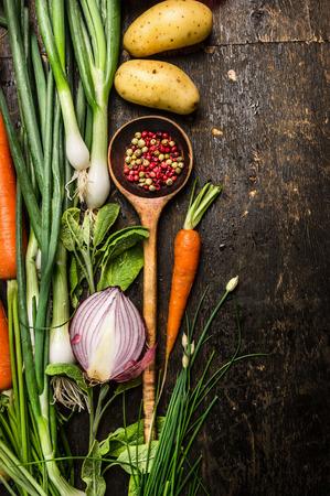 cebolla: Cuchara y vegetales frescos ingredientes de madera para cocinar en fondo oscuro lugar de primera vista para el texto