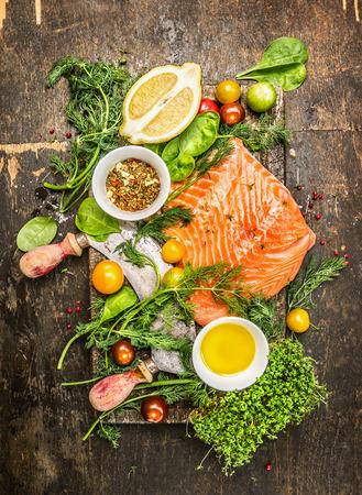 신선한 건강 herbsvegetables 오일과 소박한 나무 배경 상위 뷰에 향신료와 신선한 연어 필렛 스톡 콘텐츠