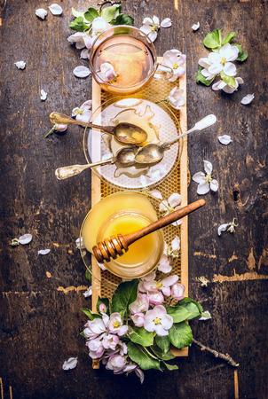 Thé au miel et au printemps fleur sur nid d'abeille foncé fond en bois Top View Banque d'images - 40830541