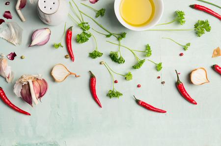 Chili pepers, olie en verse kruiden en specerijen voor het koken, bovenaanzicht
