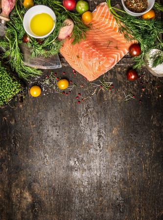 연어 필렛과 어두운 소박한 나무 배경, 상위 뷰에 요리 재료입니다. 건강 식품 요리 개념입니다.