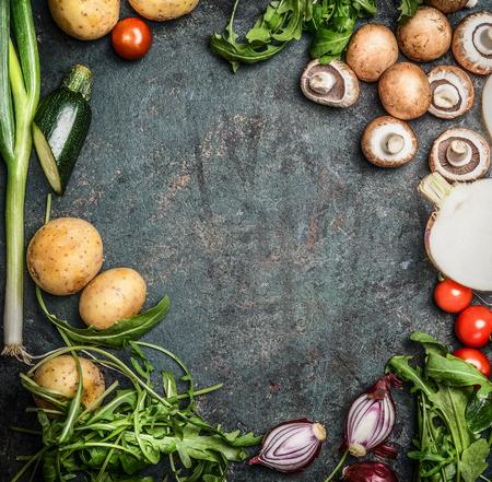 cooking eating: Hortalizas frescas orgánicas de temporada para cocinar en el fondo de madera rústica, vista desde arriba, marco, el lugar de texto. Comida vegana, vegetariana, la dieta o el concepto de cocina saludable. Foto de archivo
