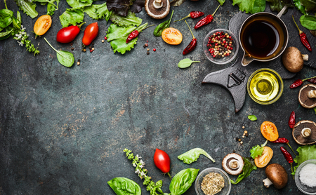 especias: Deliciosos ingredientes frescos para cocinar sano o toma de ensalada en el fondo rústico, vista desde arriba, bandera. Dieta o el concepto de comida vegetariana. Foto de archivo