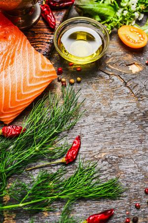 peces: filete de salm�n con aceite y hebrs frescos y condimentos para cocinar en el fondo de madera r�stica. Concepto de alimentos saludables y la dieta. Foto de archivo
