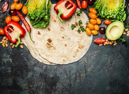 wraps: Tortillas planas y diversas verduras para la toma de tacos o burritos en el fondo rústico, vista desde arriba, frontera Foto de archivo