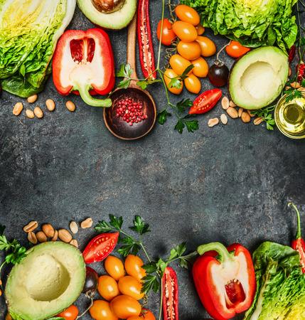 소박한 배경, 탑 뷰, 프레임에 맛있는 채식 건강 요리 또는 샐러드 결정을위한 신선한 다채로운 야채 재료입니다. 다이어트 식품 개념입니다.