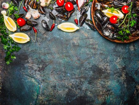 Frische Miesmuscheln mit Zutaten für das Kochen auf rustikalen Hintergrund