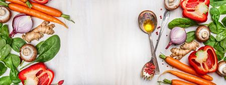 saludable: Verduras limpias orgánicos surtidos con la cocina y cucharas de aceite en el fondo blanco de madera, vista desde arriba, bandera. La comida sana, vegetariana o el concepto de nutrición dieta. Foto de archivo