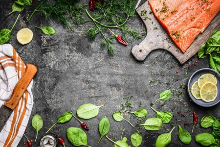 Zalm visfilets op snijplank en verse ingrediënten voor het koken op rustieke achtergrond, bovenaanzicht frame. Gezond of dieet food concept. Stockfoto - 48413260
