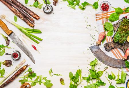 おいしい新鮮な野菜、スパイス、白い木製の背景、上面、フレーム キッチン ナイフ、おいしい料理用調味料です。クリーンまたはベジタリアンの健