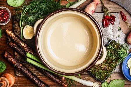 Freschi ingredienti vegetali biologici per gustosa cucina intorno recipiente di cottura vuota, vista dall'alto. cibo pulito sano o concetto cucina vegetariana. Archivio Fotografico - 48413269